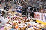 Во время матча фаны выбросили на лед 12 497 плюшевых мишек